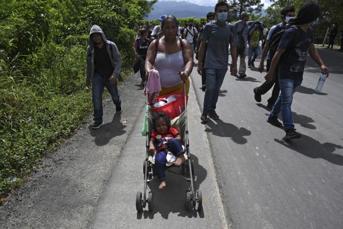 Centenares de hondureños, entre hombres, mujeres y niños, salieron desde San Pedro Sula, en el norte de su país, en caravana hacia Estados Unidos, en busca de nuevos horizontes luego de que la pandemia del COVID-19 recrudeciera la crisis económica de su país. (Foto Prensa Libre: AFP)