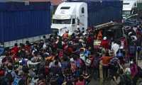 Los hondureños rompieron dos barreras de soldados que resguardaban la frontera ante la llegada de los migrantes. (Foto Prensa Libre: AFP)