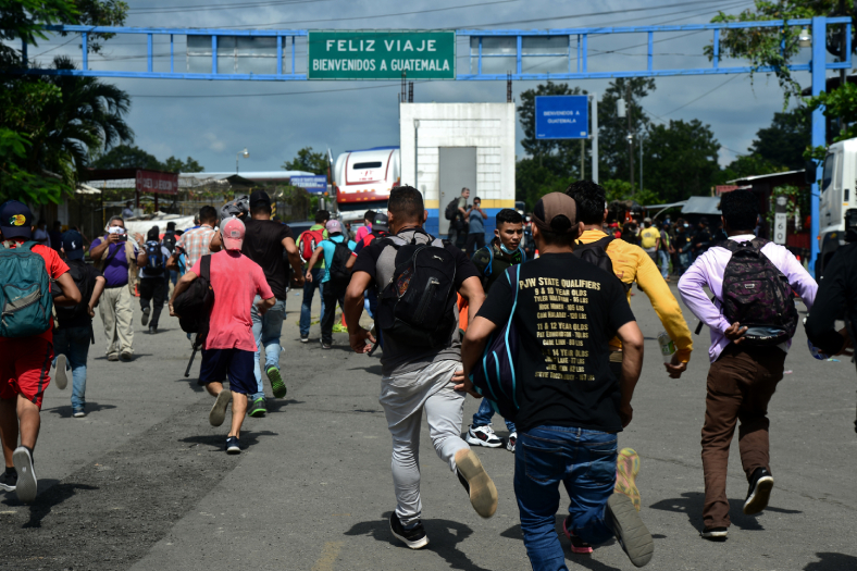Algunos miembros de la caravana dijeron que reconocen el peligro de contagiarse de covid-19 en el recorrido, pero aseguran que están dispuestos a correr el riesgo para escapar de la pobreza y violencia en Honduras. (Foto Prensa Libre: AFP)