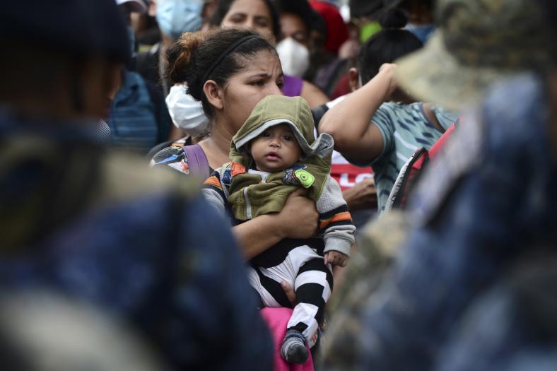 Cargando sus pocas pertenencias en mochilas o bolsas plásticas, gran parte de los migrantes no portaban marcarillas para prevenir los contagios. (Foto Prensa Libre: AFP