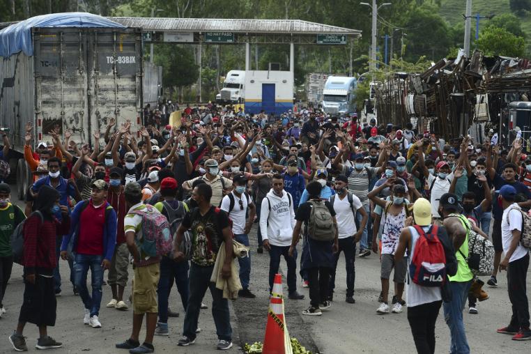 Esta caravana masiva es la primera que se registra desde marzo pasado cuando los países centroamericanos cerraron sus fronteras ante los primeros casos de coronavirus. (Foto Prensa Libre: AFP)