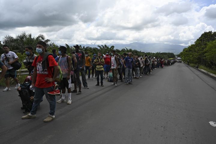Debido a la forma abrupta en que ingresaron los hondureños a Guatemala, no pasaron por controles sanitarios en la frontera para determinar si son portadores del nuevo coronavirus. (Foto Prensa Libre: AFP)