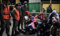 En el grupo de migrantes hondureños también iban menores de edad. (Foto Prensa Libre: Carlos Hernández)