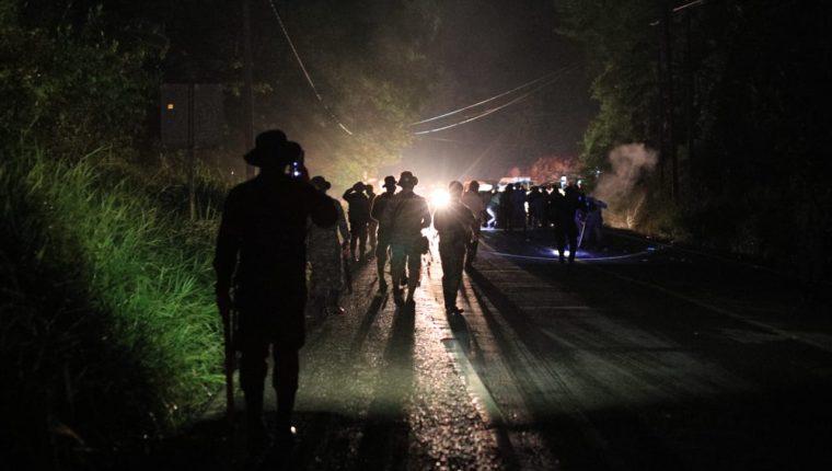 La noche del 2 de octubre, migrantes hondureños se enfrentaron con el Ejército de Guatemala. (Foto Prensa Libre: Carlos Hernández)