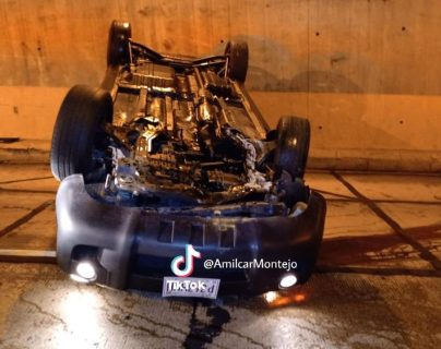 Un auto volcó en la calzada José Milla, zona 6. (Foto Prensa Libre: Amílcar Montejo)