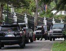 La casa del embajador de España en Caracas, donde permanecía como huésped desde abril de 2019, fue rodeada de miembros del Servicio Bolivariano de Inteligencia Nacional. (Foto Prensa Libre: EFE/ Miguel Gutiérrez).