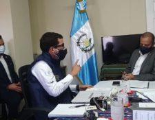 El diputado Aldo Dávila, derecha, en la citación con el director ejecutivo del Centro de Gobierno, Miguel Martínez.  (Foto Prensa Libre: Captura de video Facebook de Aldo Dávila)