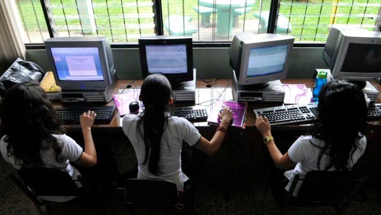 Persiste la incertidumbre si el ciclo 2021 será presencial, virtual o hibrido, los colegios privados se preparan para cualquiera de estos tres escenarios. (Foto Prensa Libre: Hemeroteca PL)
