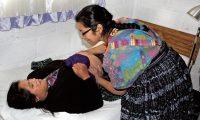"""Preocupan muertes maternas de Quetzaltecas  De acuerdo con el Área de Salud en el 2017 se reportó la muerte de 23 mujeres durante el embarazo o el parto, por esta causa 38 niños quedaron huérfanos, féminas sugieren promover más los métodos anticonceptivos y mejorar la consejería en los servicios de salud. De las fallecidas en el departamento cinco eran menores de 20 años y 13 tenían entre 20 y 34, los municipios con más casos  fueron San Juan Ostuncalco, con cuatro; la cabecera departamental, tres; Coatepequé, dos y la misma cifra en Cantel.  El 36 por ciento de las Muertes Maternas fueron por hemorragia, el 18 por hipertensión y el 9 a causa de una sepsis. En los últimos cinco años el número de casos ha incrementado, en el 2013 fueron 18 al igual que en el 2014, para el 2016 aumentaron a 26 y el año pasado 23, aunque según el área de epidemiologia falta confirmar dos, de ser positivos la cantidad incrementaría a 25.  """"Es un promedio similar al 2016, han sido los dos años que hemos tenido un incremento de las muertes maternas"""", indicó Ana Gómez, epidemióloga del Área de Salud. De acuerdo con el sitio de la defunción en el 74 por ciento de los casos fue en un hospital público, en el 57 por ciento de los casos con personal médico y el 22 con comadrona."""