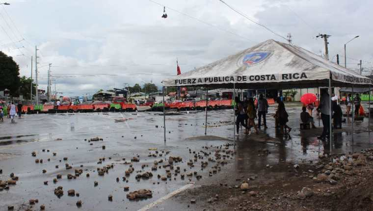 Durante los dos últimos días el paso por la frontera con Nicaragua estaba entorpecido por una protesta de camioneros centroamericanos que pedían la flexibilización de los requisitos.  (Foto Prensa Libre: EFE)