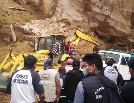 Cuerpos de socorro informaron que cuatro hombres realizaban el trabajo de extracción de arena, cuando un paredón se derrumbó y los dejó soterrados. (Foto Prensa Libre: PNC)