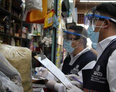 Agentes de la Diaco han verificaciones del libro de quejas. (Foto Prensa Libre: Diaco)