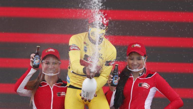 Mardoqueo Vásquez en plena celebración tras mantener el maillot amarillo de líder general individual de la Vuelta a Guatemala. Foto Esbin García.