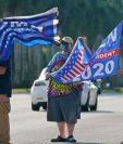 Archivo - Partidarios del presidente Donald Trump y el exvicepresidente demócrata Joe Biden ondean banderas mientras esperan que llegue la caravana de Biden, el 13 de octubre de 2020, en el Parque Regional Miramar en Miramar, Florida. (Foto Prensa Libre: VoA Noticias)