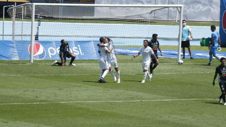 Los jugadores cremas festejaron este lunes contra Antigua GFC. (Foto Prensa Libre: Esbin García)