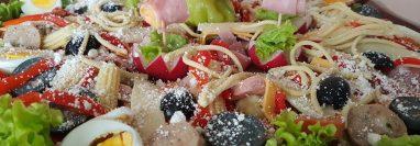 El caldillo característico del fiambre, platillo sacroprofano que se degusta el 1 de noviembre,, debe añadirse al encurtido una noche antes de la degustación para que todos sus sabores queden bien integrados, recomienda la chef Hiliana de Ramírez. (Foto Prensa Libre, Hiliana de Ramírez)