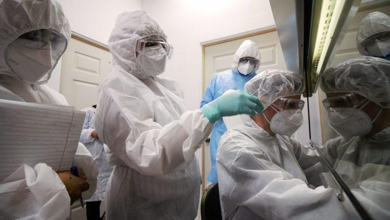 El doctor Carlo Fisher, del Hospital Charité Berlín (Alemania), capacitando al personal de laboratorios en la fase práctica. (Foto Prensa Libre: CCortesía GIZ Guatemala)