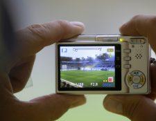 Una cámara digital compacta y robusta es la mejor opción para las manos pequeñas de los niños.( Foto Prensa Libre: picture alliance / dpa).