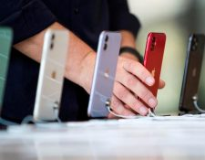 Apple anuncia sus primeros iPhone con tecnología 5G. (Foto Prensa Libre: EFE)