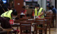 Colaboradores limpian y desinfectan en un centro comercial. (Foto: Prensa Libre: Esbin García)