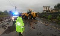 Maquinaria se suma a la labor de retirar escombros de la carretera. (Foto Prensa Libre: Provial)