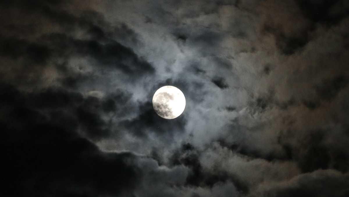 """¿Qué es la """"Luna Azul 2020"""" que se podrá ver la noche de Halloween?"""