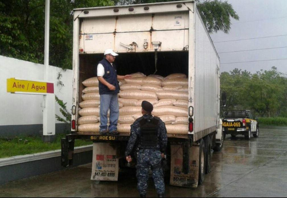 Contrabando de maíz: 50 vehículos entran a Guatemala diariamente con producto ilegal por tres puntos