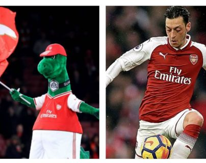 Mesut Özil apoya a Gunnersaurus, la mascota del Arsenal. (Foto Prensa Libre: Hemeroteca PL)