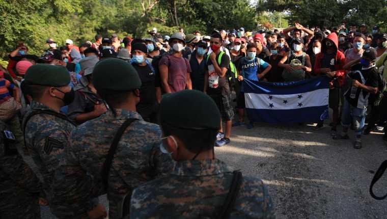 Caravana migrante desafía a las autoridades. (Foto: Prensa Libre: Carlos Hernández)