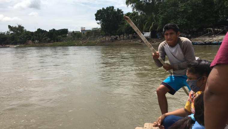 Migrantes cruzan hacia México por el río Suchiate. (Foto: Mynor Toc)