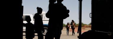 Migrantes, principalmente de Centromérica, guían a sus hijos a la entrada de un bombardero de la Segunda Guerra Mundial en Deming, Nuevo México, el 22 de mayo de 2019. (Foto: VOA)
