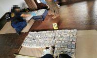 Agentes del MP contabilizan el dinero incautado. (Foto Prensa Libre: MP)