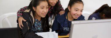Alumnas del nivel básico del Colegio Impacto de Maia, en Sololá, utilizan computadora por primera vez. Este establecimiento educativo se distingue por brindar una formación holística a mujeres indígenas, única en su tipo. (Foto Prensa Libre, cortesía de Colegio Impacto de Maia)