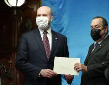 William Popp, embajador de Estados Unidos en Guatemala, (a la izquierda) en la entrega de sus cartas credenciales ante el presidente de Guatemala, Alejandro Giammattei. (Foto Prensa Libre: Hemeroteca)