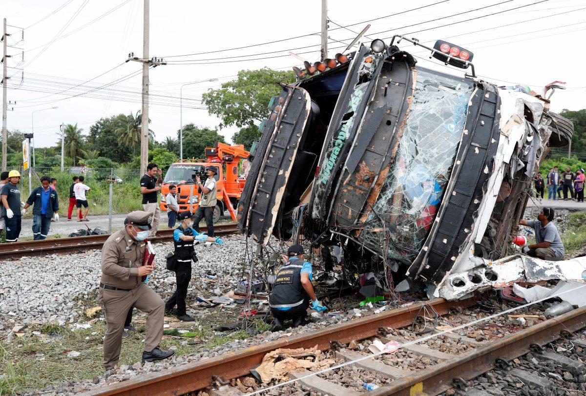 Fotogalería: Las impactantes imágenes de la colisión entre un autobús y un tren que dejó muertos y heridos en Tailandia