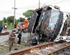 Una colisión entre un tren y un autobús deja muertos y heridos en Tailandia. (Foto Prensa Libre: EFE)