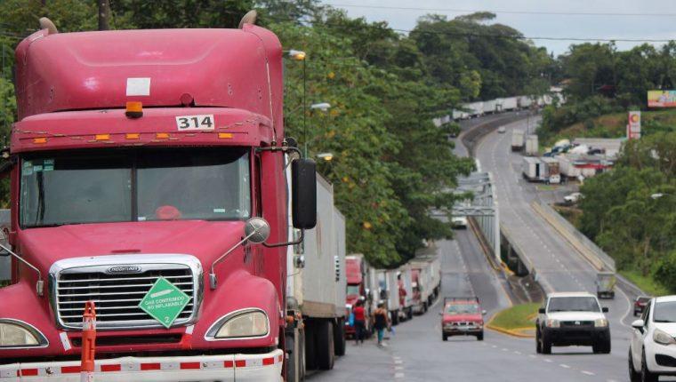 fila de camiones en espera de cruzar la frontera hacia Costa Rica durante un cierre indefinido, dadas las manifestaciones de ciudadanos costarricenses. (Foto Prensa Libre: EFE)