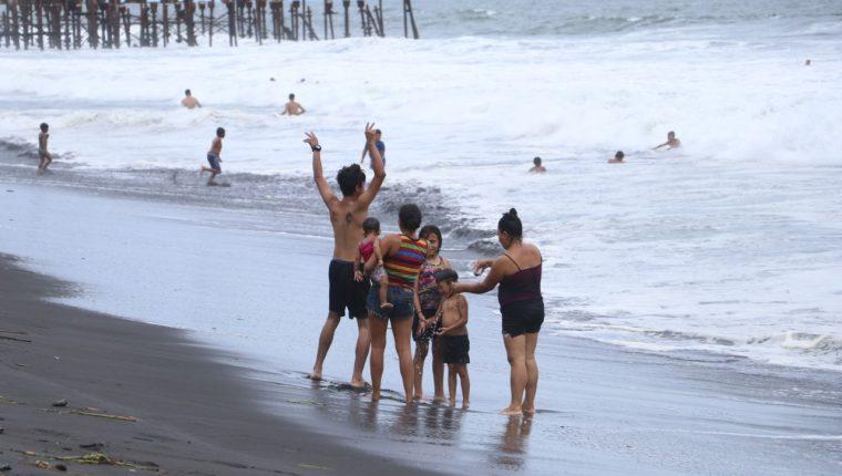 Familias disfrutan del primer fin de semana sin restricciones en la playa. (Foto: Enrique Paredes)