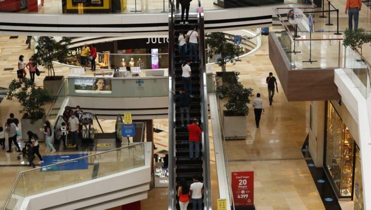 Así es la afluencia de personas en centros comerciales de la zona 10. (Foto Guatevisión: Esbin García)