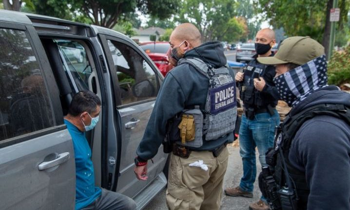 Agentes durante la redada del DHS y ICE que resultó en la detención de 128 extranjeros en California. (Foto Prensa Libre: ICE)