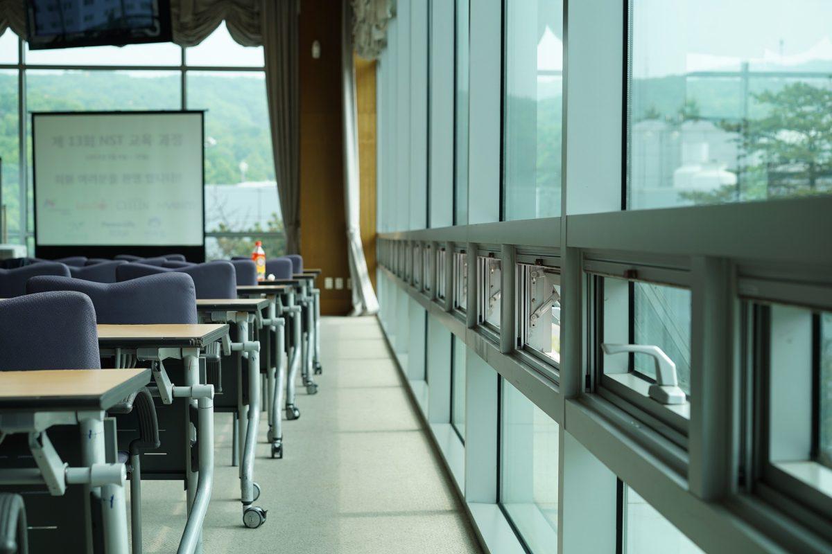 Abrir ventanas y pantallas entre mesas frena el covid en aulas