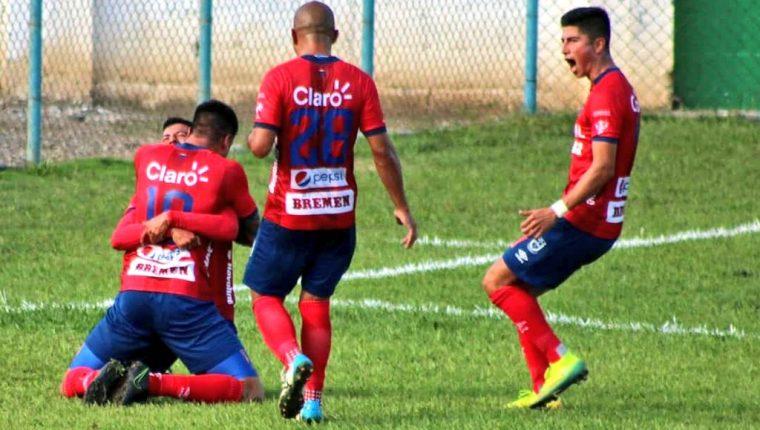 Municipal derrotó a Sanarate con una anotación de Ramiro Rocca y se afianzó en el liderato de la tabla de clasificación. (Foto Prensa Libre: Luis Santiago Martínez)
