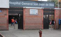 Vendedores que se ubican a un costado del Hospital San Juan De Dios, sobre la 9na calle A, indican que las ventas han disminuido desde que en el hospital se trata a pacientes positivos de civid-19.