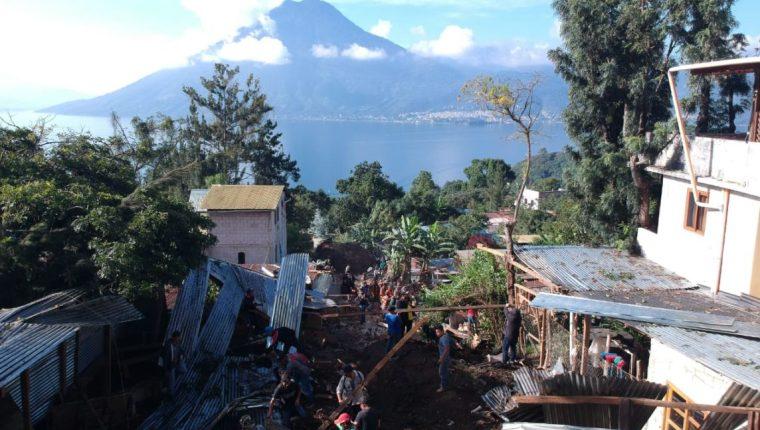 Así se observa el panorama en San Marcos La Laguna, luego del deslizamiento que mató a 4 personas. (Foto Prensa Libre: Carlos Hernández)