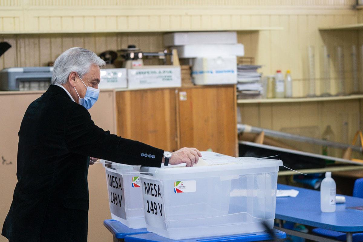 Chilenos votan si cambian la Constitución entre la incertidumbre y la esperanza