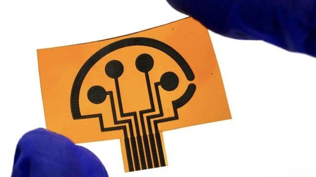 Un investigador de Caltech presenta un sensor que detecta rápidamente el estado, la gravedad y la inmunidad de la infección por COVID-19. Foto cortesía de California Institute of Technology (Caltech)