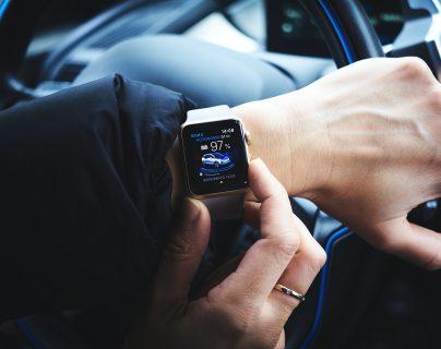 Un reloj inteligente es un buen aliado para tener las notificaciones de su celular más inmediatas. (Foto Prensa Libre: Luca Bravo on Unsplash).