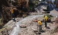 Trabajadores de Covial encargados de los trabajos en el hundimiento del kilómetro 64.5, Ruta CA-2 (Foto Prensa Libre: Carlos E. Paredes)