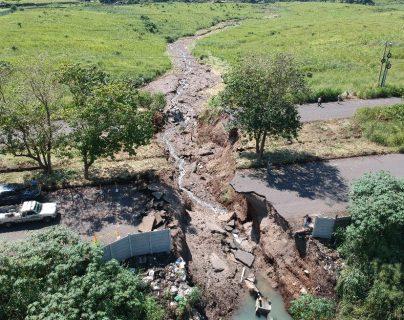 Vista área del socavamiento que se ubica en el kilómetro 64.5 de la ruta que conecta a la autopista de puerto Quetzal, Escuintla, y la carretera a Taxisco, Santa Rosa. (Foto Prensa Libre: Carlos E. Paredes)