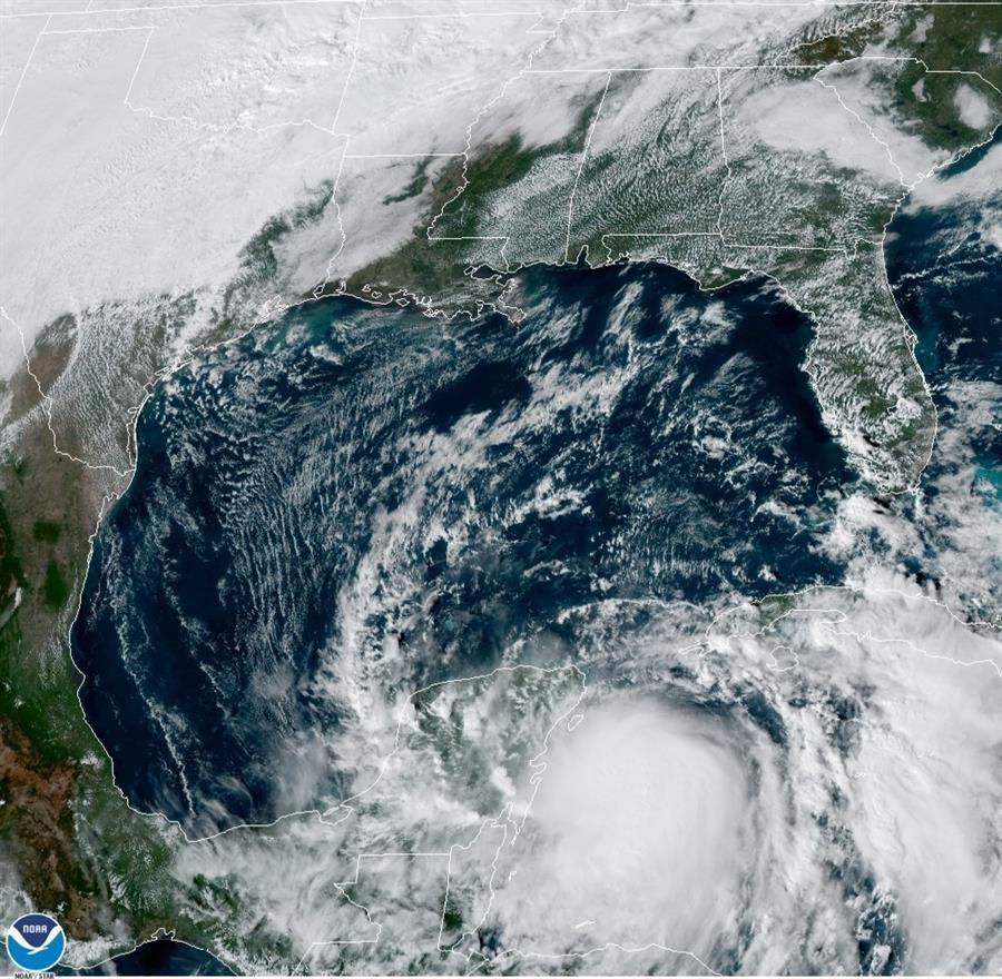 La tormenta Zeta se convierte en huracán mientras avanza hacia el Caribe mexicano